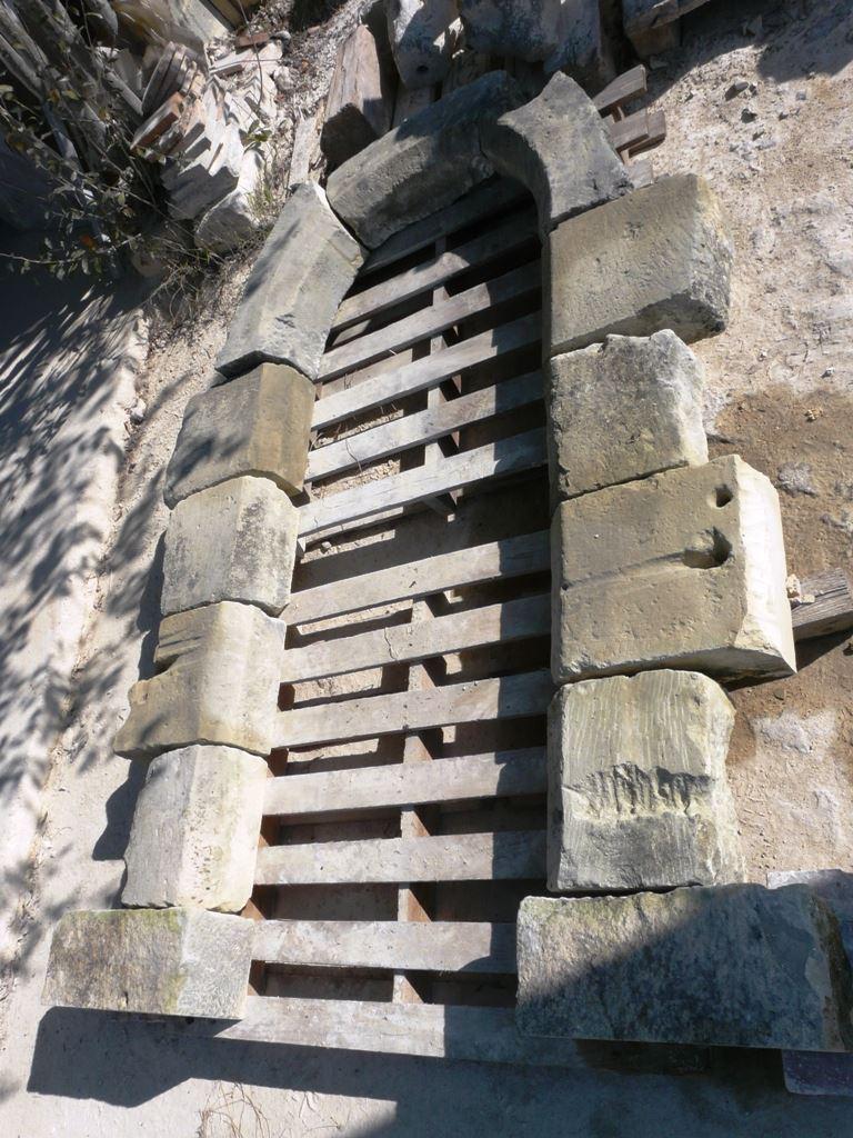 Materiaux anciens realisation encadrement porte en pierre for Dimension encadrement porte